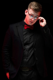 Retrato, de, confiante, bonito, elegante, responsável, homem negócios, segurando, óculos, com, seu, mão, pensando, ligado, pretas