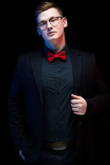 Retrato, de, confiante, bonito, pensativo, elegante, responsável, homem negócios, segurando mão, ligado, casaco