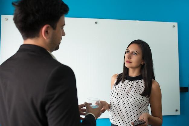 Retrato, de, confiante, businesspeople, falando, durante, partir