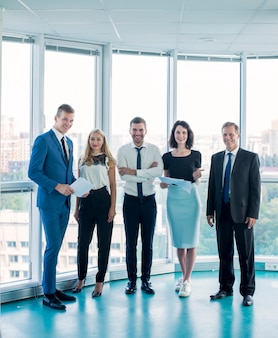 Retrato, de, confiante, businesspeople, ficar, em, escritório