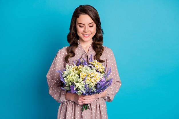 Retrato de conteúdo alegre, fofa, doce senhora segurando um grande buquê de flores silvestres que seu marido dá 14 de fevereiro evento de feriado de 8 de março usar saia de vestido bonito isolado sobre fundo de cor azul