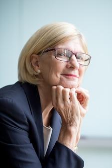 Retrato de conteúdo mulher sênior em óculos