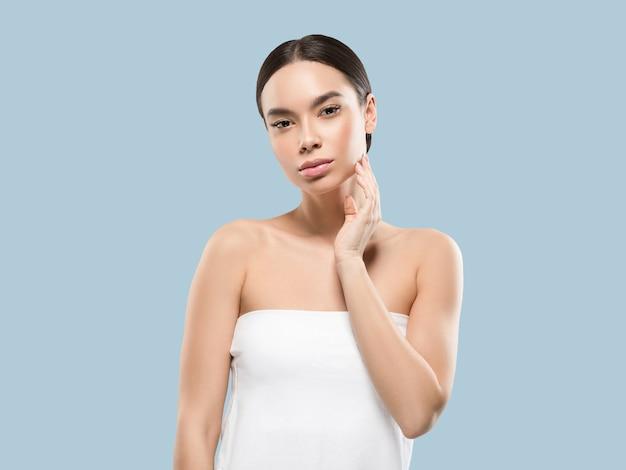 Retrato de corpo de rosto de beleza de mulher ásia tocando sua pele de rosto saudável. cor de fundo. azul