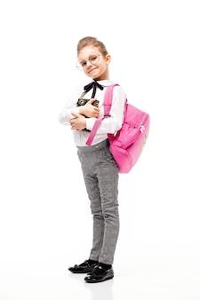 Retrato de corpo inteiro. criança com mochila. menina com mochila rosa