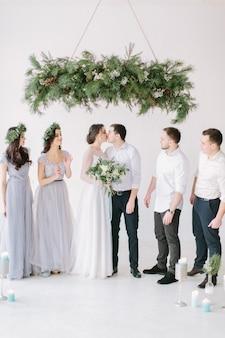 Retrato de corpo inteiro de casal recém-casado e seus amigos na festa de casamento