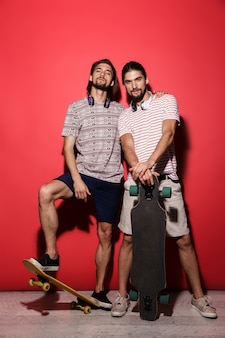 Retrato de corpo inteiro de dois jovens irmãos gêmeos confiantes