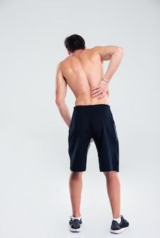 Retrato de corpo inteiro de esportista com dor nas costas isolada