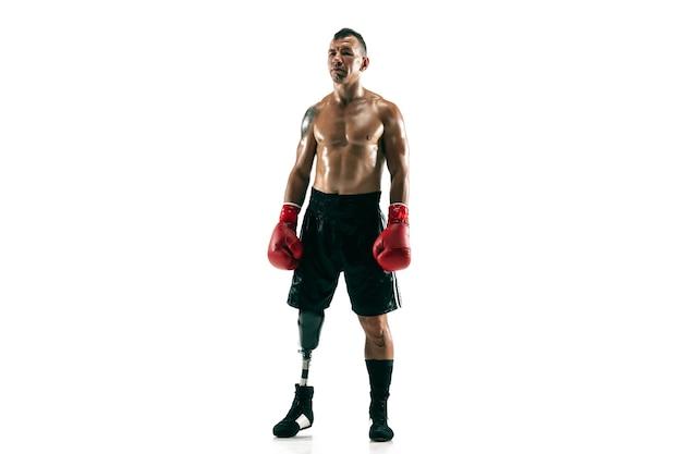 Retrato de corpo inteiro de esportista musculoso com perna protética