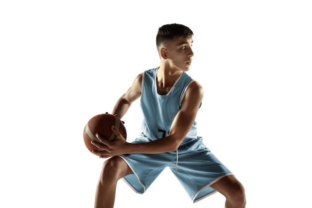 Retrato de corpo inteiro de jovem jogador de basquete com uma bola isolada no branco