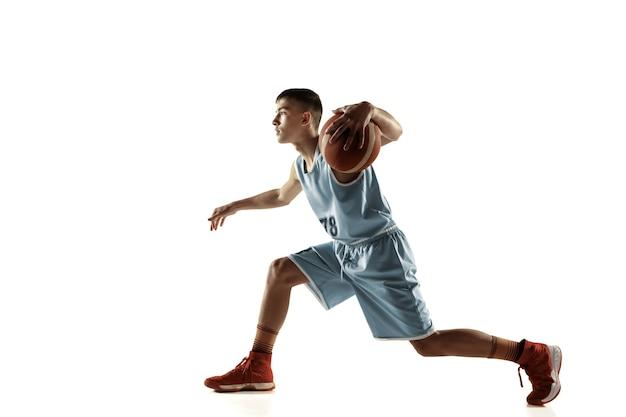 Retrato de corpo inteiro de jovem jogador de basquete com uma bola isolada no espaço em branco