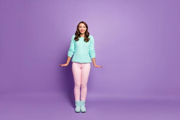 Retrato de corpo inteiro de linda senhora bonita penteado encaracolado glamour bom humor aproveite o clima quente rua usar pastel fofo suéter rosa calça sapatos.