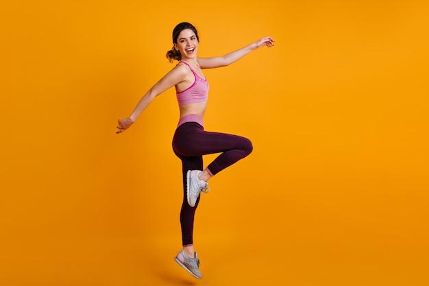 Retrato de corpo inteiro de mulher dançando e esportiva