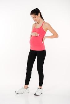 Retrato de corpo inteiro de mulher grávida fitness