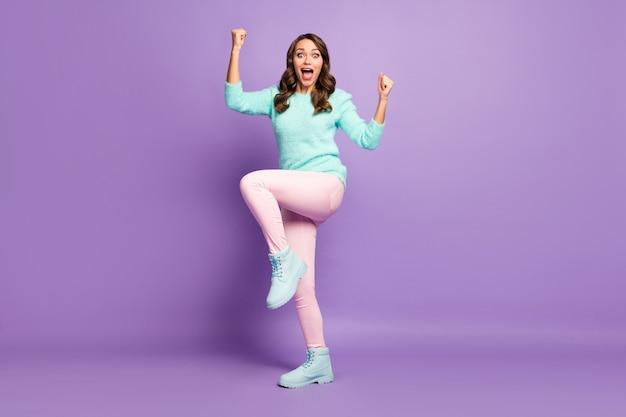Retrato de corpo inteiro de senhora louca gritando ondulado assistir campeonato de competição de esportes levantar os punhos usar calça rosa de pullover pastel fofo.