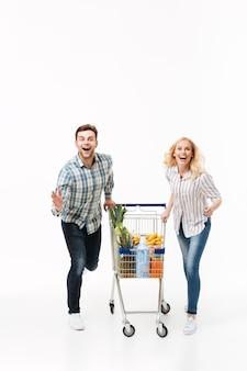 Retrato de corpo inteiro de um casal alegre correndo