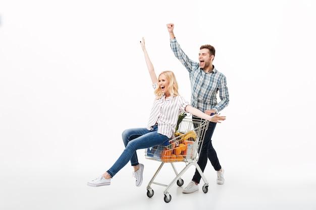 Retrato de corpo inteiro de um casal alegre se divertindo