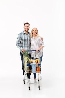 Retrato de corpo inteiro de um casal sorridente em pé