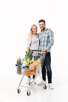 Retrato de corpo inteiro de um casal sorridente