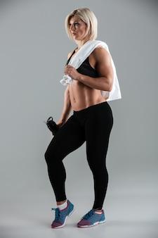 Retrato de corpo inteiro de um desportista adulto musculoso apto
