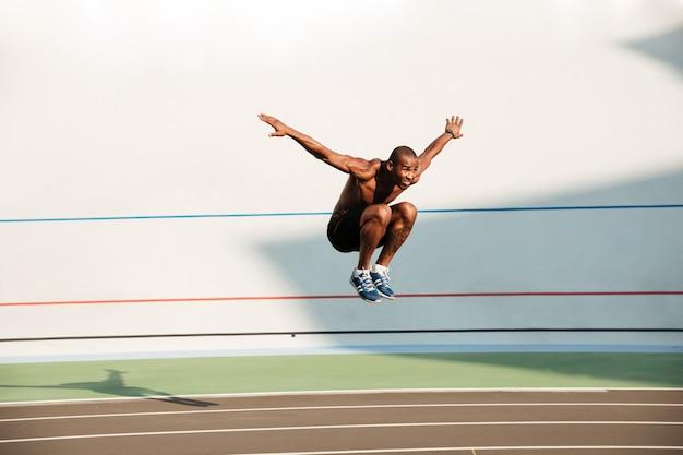 Retrato de corpo inteiro de um desportista africano de ajuste nu nu