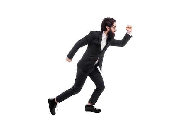 Retrato de corpo inteiro de um empresário barbudo correndo de óculos, isolado no fundo branco