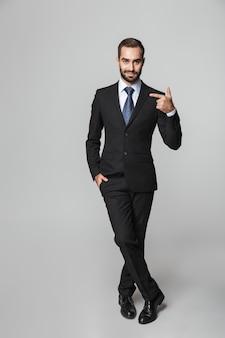 Retrato de corpo inteiro de um empresário bonito e confiante vestindo terno isolado