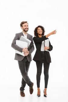 Retrato de corpo inteiro de um feliz casal de negócios multirracial