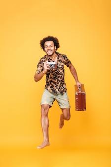 Retrato de corpo inteiro de um homem africano feliz em roupas de verão