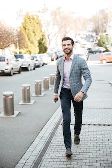 Retrato de corpo inteiro de um homem bonito sorridente na jaqueta