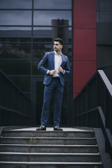 Retrato de corpo inteiro de um homem de sucesso em um terno completo e mocassins