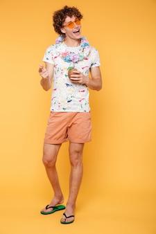 Retrato de corpo inteiro de um homem feliz em roupas de verão