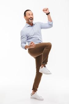 Retrato de corpo inteiro de um homem maduro feliz