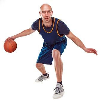 Retrato de corpo inteiro de um jogador de basquete com a bola