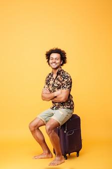 Retrato de corpo inteiro de um jovem afro-americano sorridente