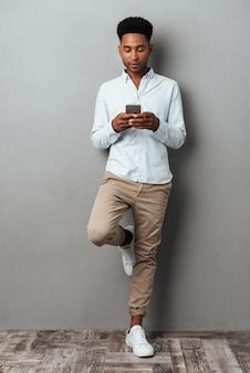 Retrato de corpo inteiro de um jovem afro-americano