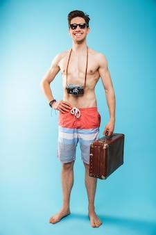 Retrato de corpo inteiro de um jovem alegre sem camisa