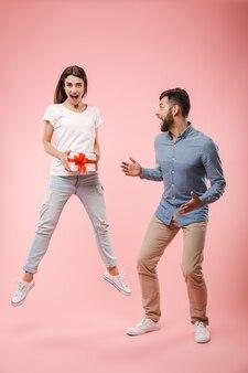 Retrato de corpo inteiro de um jovem casal animado