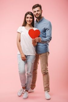Retrato de corpo inteiro de um jovem casal feliz