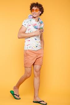 Retrato de corpo inteiro de um jovem em roupas de verão