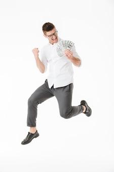 Retrato de corpo inteiro de um jovem feliz usando óculos
