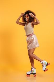 Retrato de corpo inteiro de uma alegre mulher afro-americana