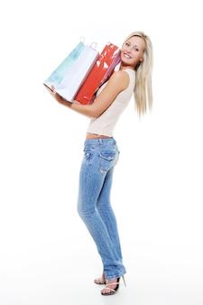 Retrato de corpo inteiro de uma bela mulher caucasiana com compras