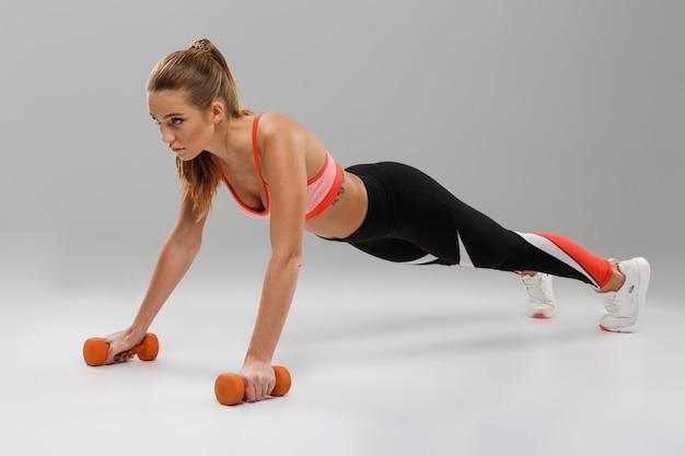 Retrato de corpo inteiro de uma desportista confiante