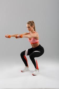 Retrato de corpo inteiro de uma desportista em forma focada