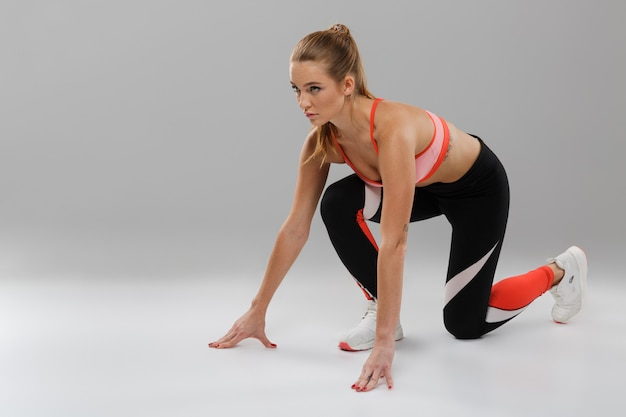 Retrato de corpo inteiro de uma desportista focada confiante