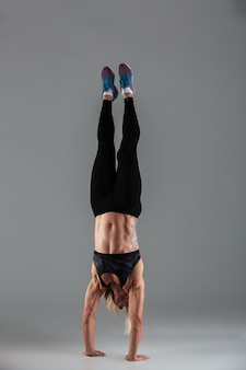 Retrato de corpo inteiro de uma desportista muscular adulta