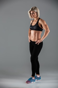 Retrato de corpo inteiro de uma desportista muscular atraente