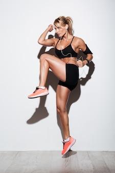 Retrato de corpo inteiro de uma desportista muscular saudável