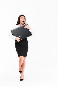 Retrato de corpo inteiro de uma empresária asiática atônita