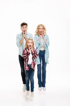 Retrato de corpo inteiro de uma família chocada surpresa